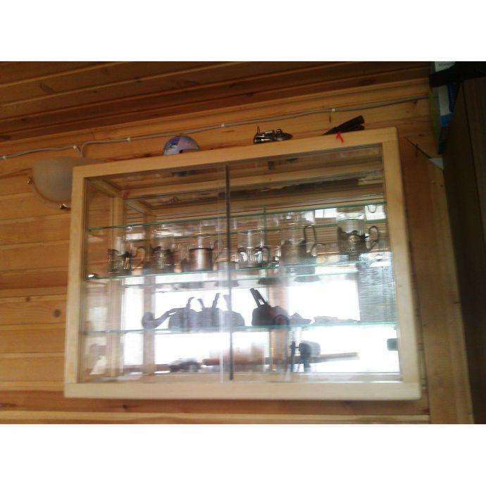 Подвесная витрина из сосны